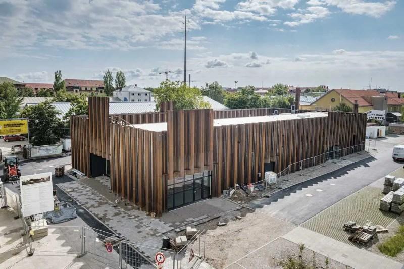 Schwere Reiter ist eine Spielstätte für die Freie Tanztheater Szene in München und Gäste im Kreativquartier am Leonrodplatz.