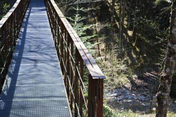 Der Salinsteg über den Schauergraben - gar nicht mal so einladend, so eine Gitterbrücke
