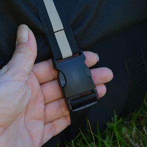 Vordere Schließe an der Seite: Das Gurtband lässt sich leicht einstellen