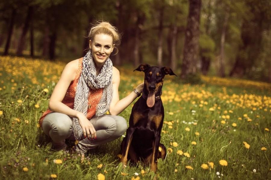 Birgitta Ornau und Minou sind besonders gerne im Englischen Garten unterwegs. Foto: Terra Canis