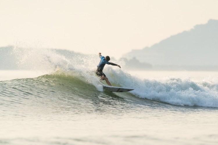 Peter Devries de Canadá surfea con estilo hacia la Ronda 3 del Evento Principal. Foto: ISA / Sean Evans