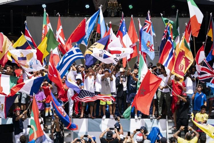El Presidente de la ISA Fernando Aguerre declara oficialmente la apertura de la competición con un récord total de 55 banderas nacionales ondeando. Foto: ISA / Ben Reed.