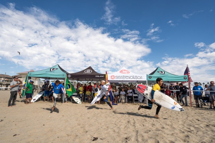 Las carreras de la Semifinal 2 del ISA Aloha Cup arrancan. Foto / Sean Evans