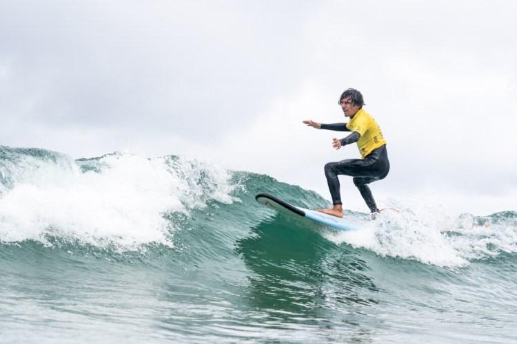 Henry Martínez de Costa Rica, un surfista con impedimento visual, surfea hacia el día final de competición, garantizando una medalla para su país. Foto: ISA / Sean Evans.