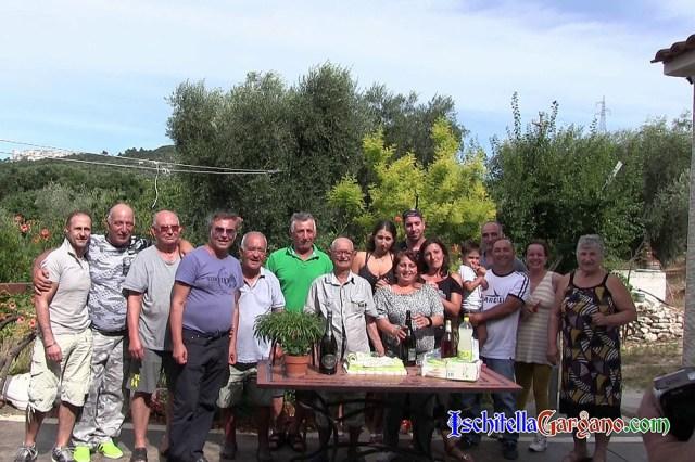 Foto di gruppo con parenti e amici alla  festa di compleanno di Domenico Maiorano