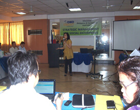 ISEA President and Course Director Marie Lisa Dacanay dialogues with the participants about take home themes from the Strategic Marketing and Operations Management module and facilitates agreements on organizational assignments.