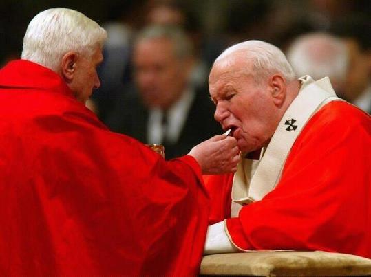 Communion de Jean-Paul II par le cardinal Benoît XVI