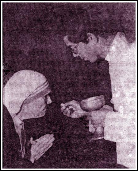 MotherTeresa(holy commuion)