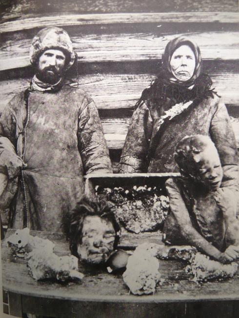 Scène de cannibalisme durant la famine organisée par Staline en Ukraine en 1932-1933. ..