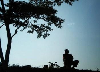 Seseorang Merenung di bawah pohon  Foto: Google