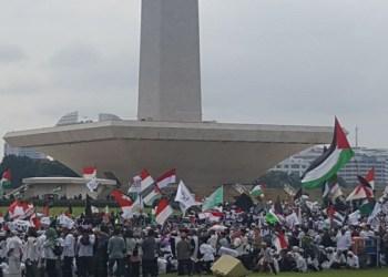 Monumen Nasional (Monas) disesaki peserta aksi bela Palestina. Foto: Rhio/Islampos