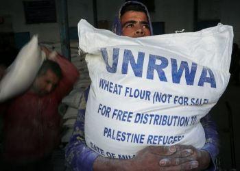 Warga Palestina mendapat sekarung tepung dari UNRWA. Foto: Palinfo