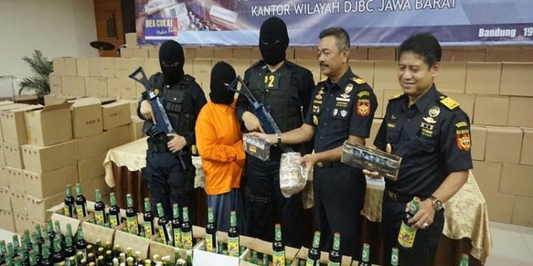 Dirjen Bea Cukai (DJBC) Jawa Barat sita 3.752 botol minuman keras (miras) oplosan di Kecamatan Bojongsoang, Kabupaten Bandung, Jawa Barat, Senin (19/2/2018). Foto: Saifal/Islampos.