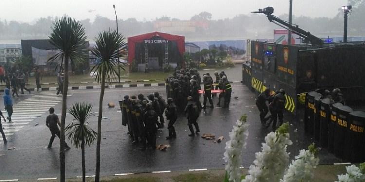 Simulasi antisipasi kerusuhan pilkada di di Lapangan Brigif, Jl. Terusan Sudirman, Cimahi, Kamis (15/2/2018) sore. Foto: Saifal/Islampos.