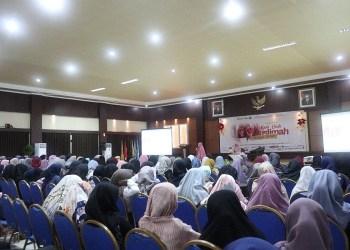 """Forum Muslimah Dakwah Kampus Indonesia (FMDKI) menggelar Seminar Kemuslimahan dengan tema """"Kado Cinta Muslimah Perindu Surga"""" di Convention Hall Gedung Mandalawangi Sekolah Tinggi Ilmu Pariwisata Bandung, Ahad (18/03/2018). Foto: Istimewa."""