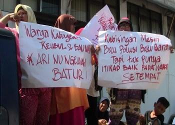 Puluhan warga Cibodas Campaka, Leuwigajah, Cimahi Selatan, Kota Cimahi melakukan aksi unjuk rasa di sejumlah pabrik di Leuwigajah yang diduga telah mencemarkan lingkungan dari limbah industri. Foto: Saifal/Islampos