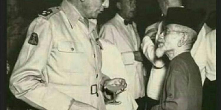 Haji Agus Salim berhadapan dengan Gubernur Jenderal Van Mook. Foto: Aktual