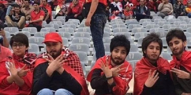 Sejumlah perempuan Iran menyamar menjadi laki-laki untuk menonton sepak bola di stadion. Foto: BBC