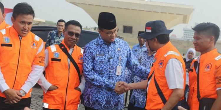 Gubernur Anies Baswedan melepas relawan tanggap bencana. Foto: twitter