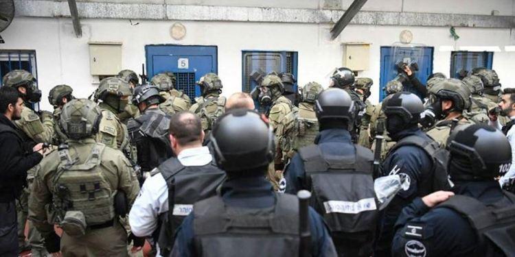 Tentara Israel serang penjara ofer. Foto: PIC