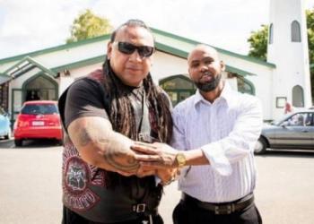 Presiden Mongrel Mob Sonny Fatu (kiri) dan Hannad Ibrahim (kanan) jemaah masjid di Hamilton, Selandia Baru. Foto: Dominico Zapata/Stuff