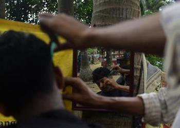 Tukang cukur di Bangladesh. Foto: Alarabiya