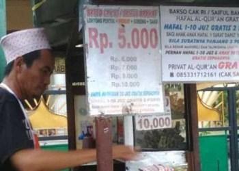 Cak Ri, penjual bakso hafal Alquran di sekitar Terminal Purabaya. Foto: Viva