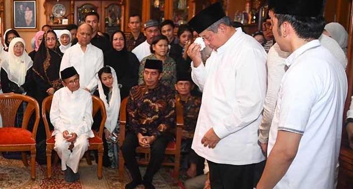Presiden ke-6 RI Susilo Bambang Yudhoyono (kedua kanan) menangis disaksikan Presiden Joko Widodo (kedua kiri) dan Presiden ke-3 RI BJ Habibie (kiri) saat memberikan sambutan ketika kedatangan jenazah almarhum Ani Yudhoyono di Cikeas, Bogor, Jawa Barat, Sabtu 1 Juni 2019. Foto: ANTARA