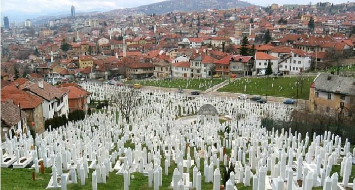 Sebuah kompleks pemakaman di Bosnia. Foto:  dailysabah