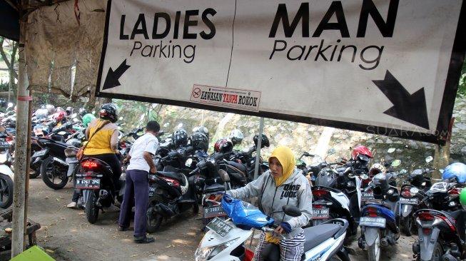 Pengunjung memarkir sepeda motor di lahan parkir RSUD Kota Depok, Jawa Barat. Foto: Suara
