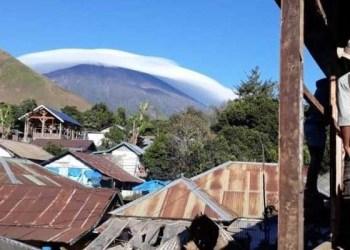 Fenomena Topi Awan di Gunung Rinjani. Foto: Detik
