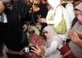 Banyk warga swafoto saat berziarah ke makam BJ Habibie. Foto: Detik
