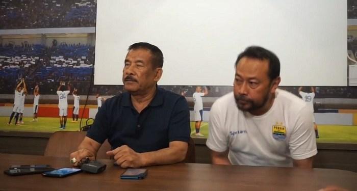 Manajer Persib Umuh Muchtar (kiri) sempat khawatir Persib kalah WO karena batal melawan Arema FC. Foto: Saifal