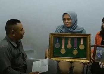 Ibu dari pesenam SEA Games 2019 yang dipulangkan paksa menuntut keadilan. Foto: iNews