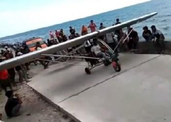Chaerul menguji coba pesawat rakitannya. Foto: Rakyatku