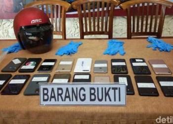 Barang bukti yang disita dari 14 pelajar yang jadi begal. Foto: detik