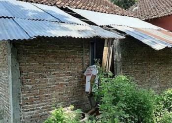 Kondisi belakang rumah nenek Rubingah. Foto: Kompas