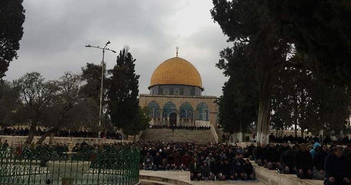 Puluhan ribu warga Palestina shalat di Al Aqsha. Foto: Palinfo