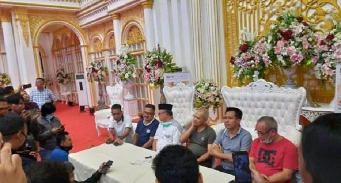 Konferensi pers pembatalan resepsi nikah putri Wawali Samarinda, Muhammad Barkati. Foto: Rakyatku