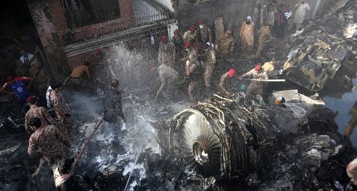 Puing-puing pesawat PIA jatuh di permukiman warga di Pakistan. Foto: Hindustantimes
