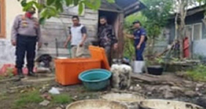 Polisi saat mendatangi rumah pedagang sate yang menjual sate dari daging busuk. Foto: iNews