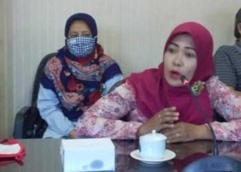Dwi Riska Hartoyo, ibu dari anak yang gagal masuk PPDB di Jember. Foto: BeritaJatim