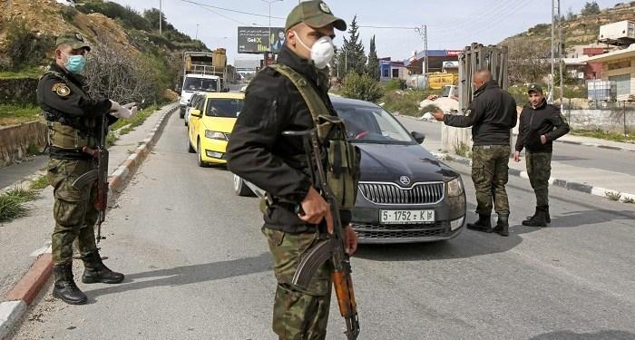 Pasukan keamanan Palestina menjaga pos pemeriksaan Betlehem pada 10 Maret 2020, ketika kota itu dilockdown karena virus corona. Foto: WAFA