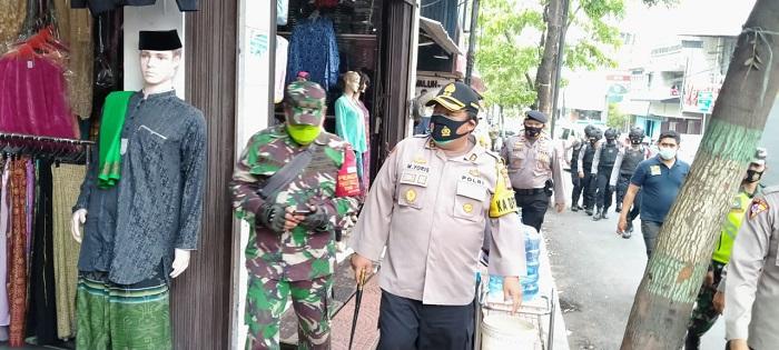 Petugas dari Polisi dan TNI di Cimahi sosialisasi  protokol kesehatan ke toko-toko. Foto: Saifal/islampos