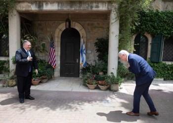 Menteri Luar Negeri AS Mike Pompeo (kiri), bertemu dengan pemimpin partai Biru dan Putih Israel Benny Gantz, di Yerusalem, pada 13 Mei 2020. Foto: MEMO