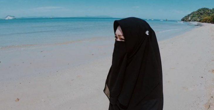 Hukum Memakai Jilbab Tipis 1