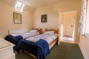 Warm and cosy twin bedroom