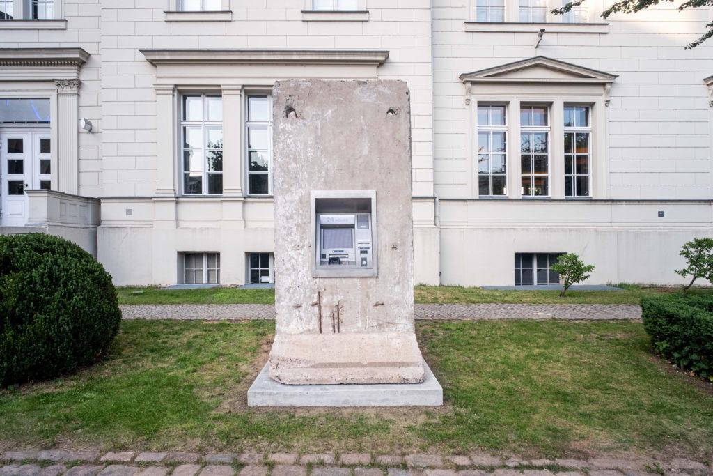 Así es la instalación artística que revive la Guerra Fría con un cajero automático en el muro de Berlín