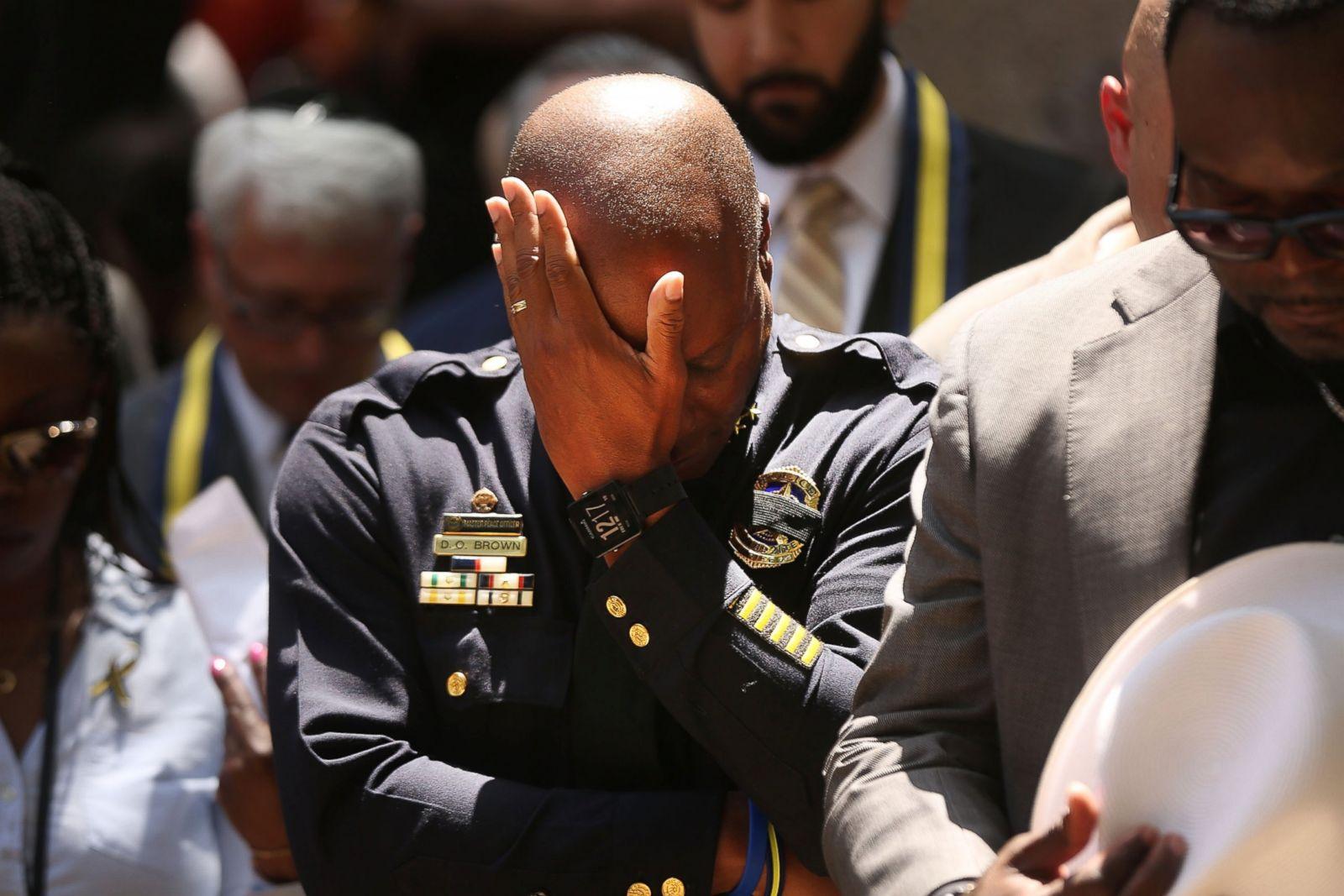 El jefe de policía de Dallas, David Brown, hace una pausa en una vigilia de oración después de la muerte de cinco policías durante una marcha de Black Lives Matter, el 8 de julio de 2016, en Dallas, Texas. Fotografía: Spencer Platt/Getty Images