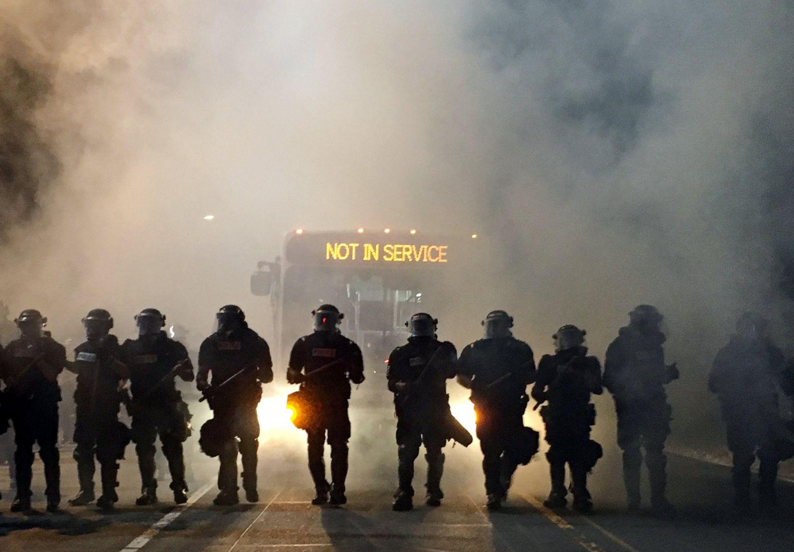 Oficiales de policía con equipo antidisturbios bloquean una carretera durante las protestas después de que la policía disparara mortalmente a Keith Lamont Scott, 43, en el aparcamiento de un complejo de apartamentos en Charlotte, Carolina del Norte, el 20 de septiembre de 2016. Fotografía: Adam Rhew/Charlotte Magazine/Reuters